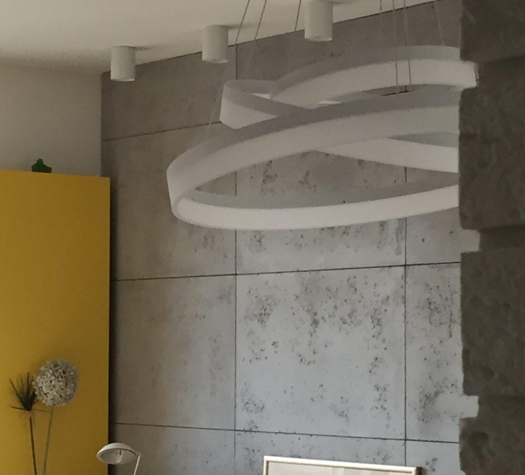 ściana betonowa w salonie