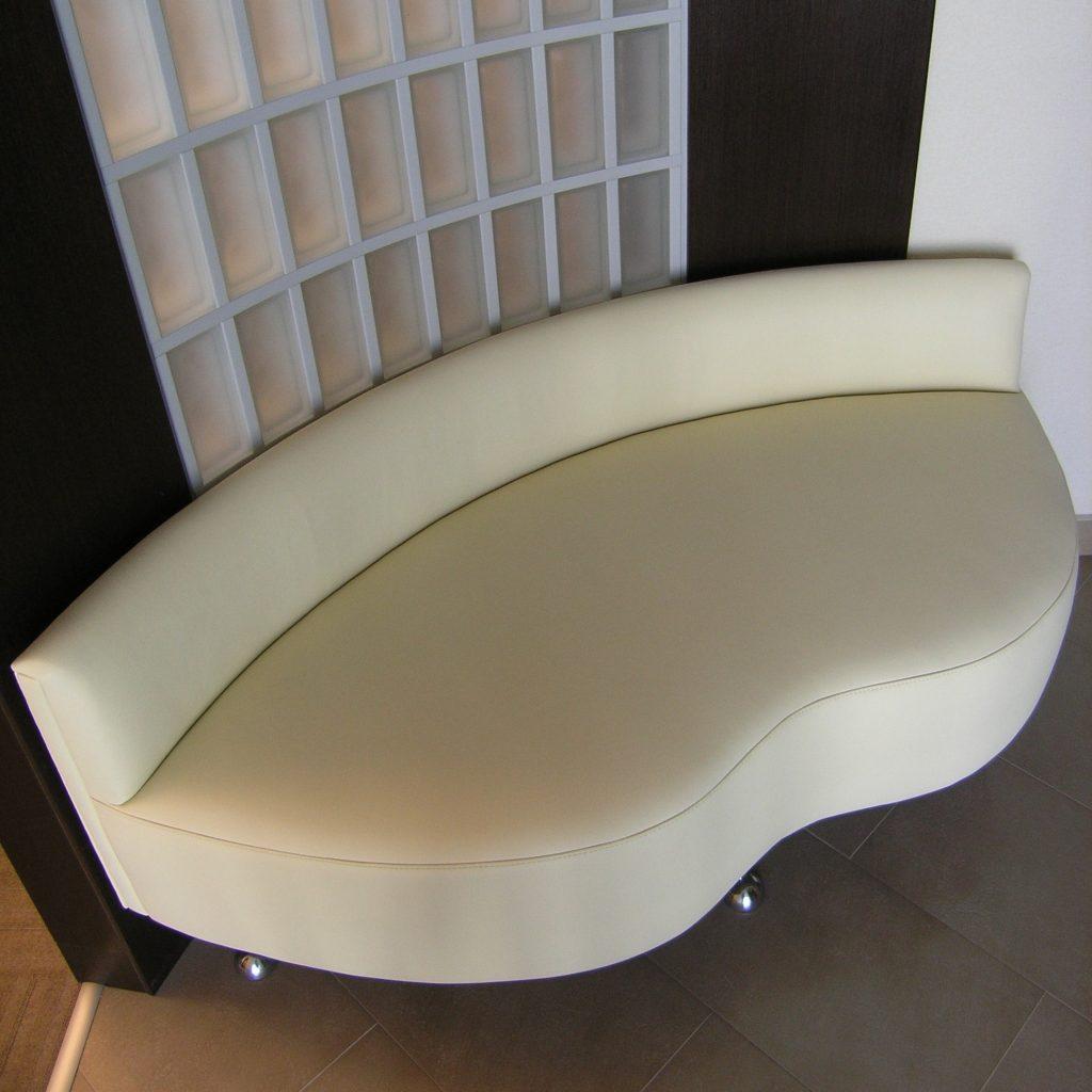 siedzisko przy łukowej ścianie